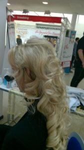 Frisur mit Locken bei blonden Haaren