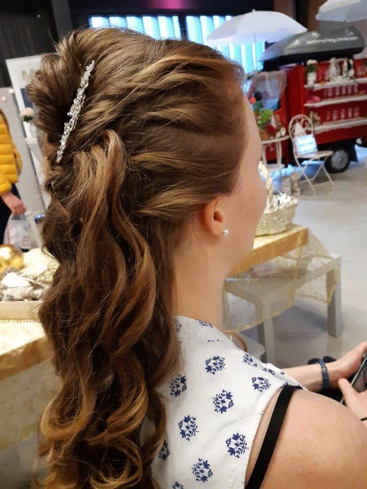 Halboffene Frisur für die Braut