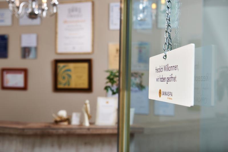 Willkommens-Schild vom Salon Janaspa in Straubing